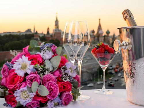 images/2020/Feb2020/06/Champagne_with_Kremlin_view.jpg